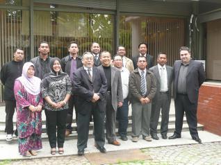 Fundador de Cinema Gotika y delegación de autoridades malayas a las que presta servicios digitales de remasterzación participaron de recepción en la embajada de Malasia