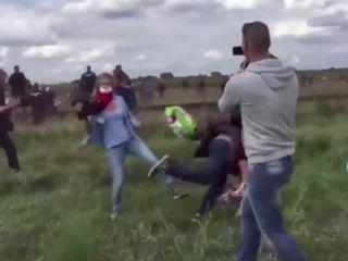 Periodista húngara a patadas con los refugiados