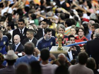 La mejor foto: Messi mirando la Copa del Mundo en Brasil