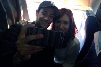 Cristina llegó volando entre selfies