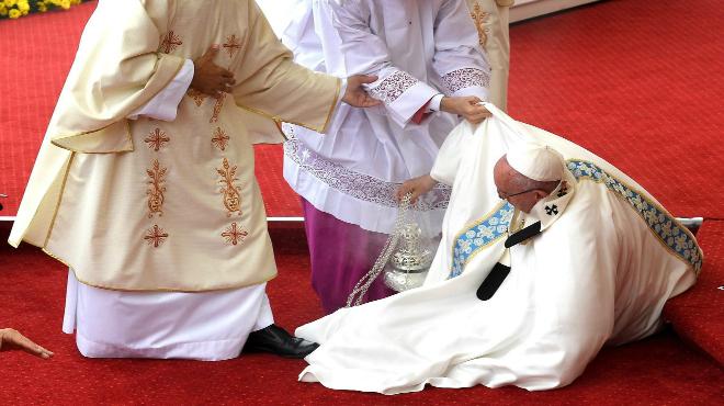 El papa Francisco se cayó durante una misa