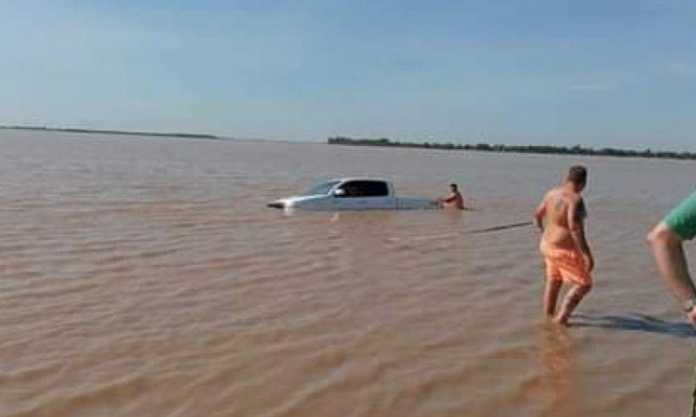 Una camioneta terminó en el río Paraná