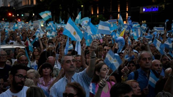 Multitudinaria marcha a favor de la Democracia
