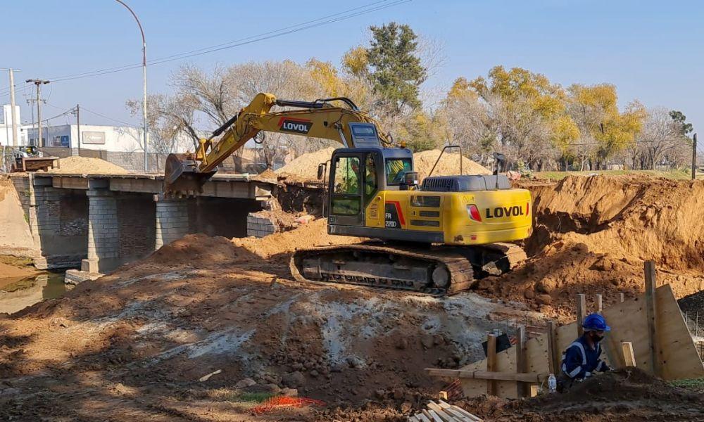 Demolición del viejo puente de Bv. Colón